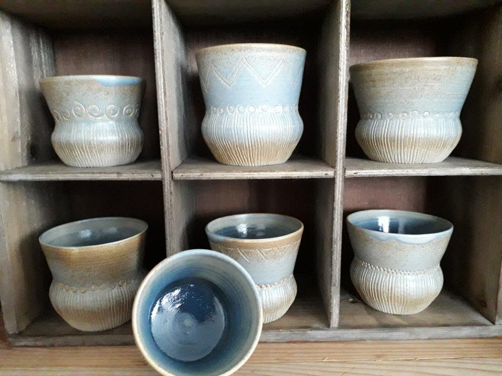 Diverse trechterbekers gemaakt bij pottenbakkerij Grun